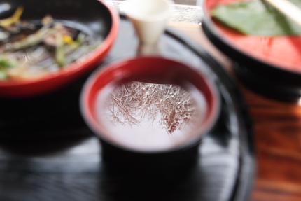 蕎麦湯の中に雪景色
