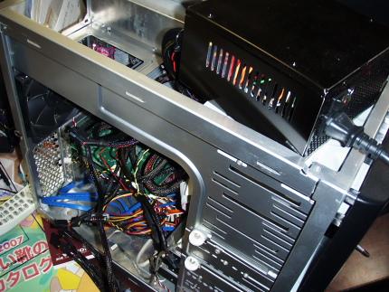 右上の黒いBOXが新しい電源。