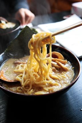 色合いの濃い麺。