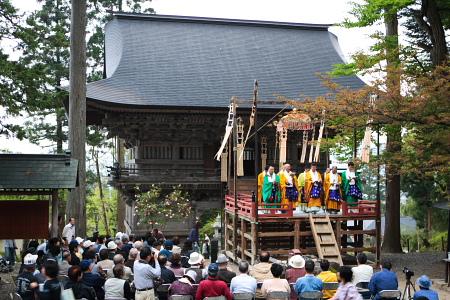 本山三ヵ院と17坊の僧が本堂に。