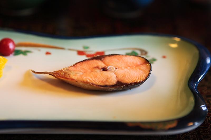 小さな鮭がうまい。