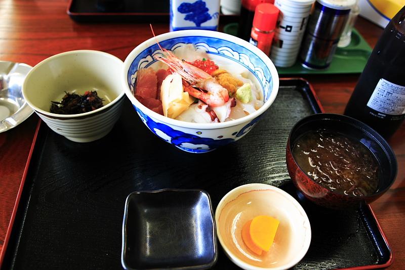 海鮮丼。まあ、普通。
