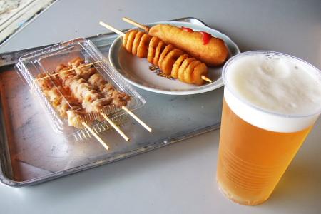 焼き鳥・ポテト・ホットドック・生ビール。