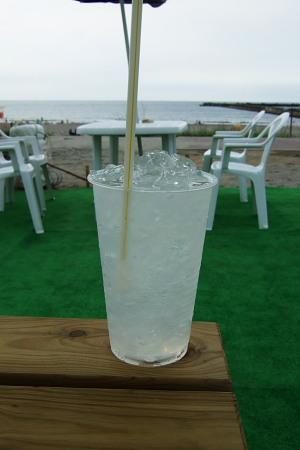 西浜海水浴場で呑むジン・レモン。