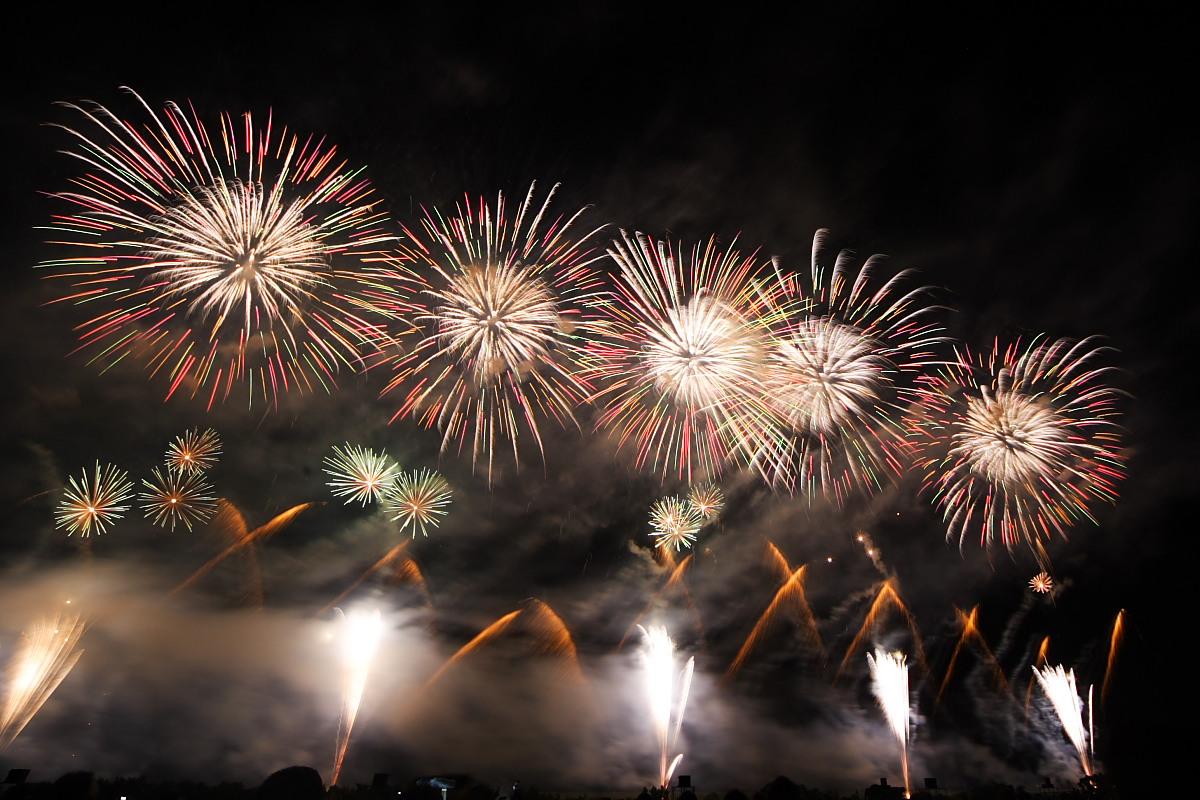 打ち上げ巾が広いので正面から見る方が楽しめる花火です。