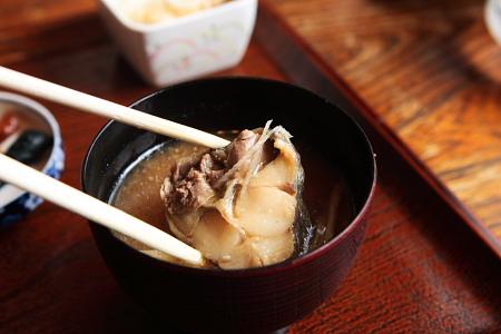 ウマうまのあら汁、というか、魚の味噌汁。