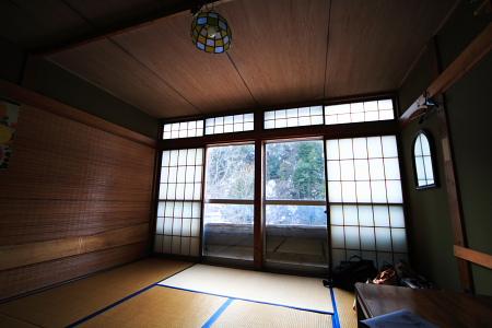 白布屋 お部屋の電灯もステンドグラス