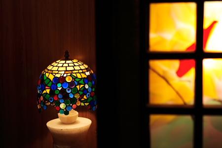 一号室前のステンドグラスの電灯