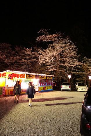 女子高生も桜見。
