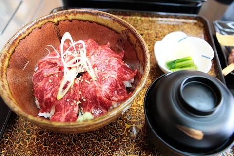 やま信 とろける牛刺し丼1800円