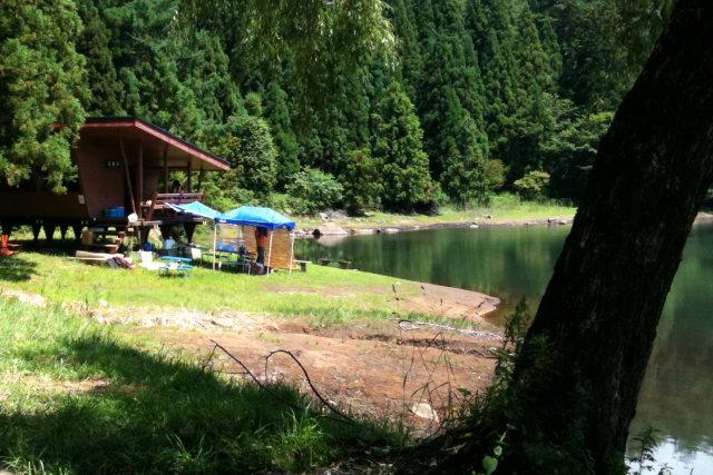 湖畔のバンガロー