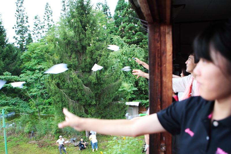 飛べ~白い紙ひこうき!