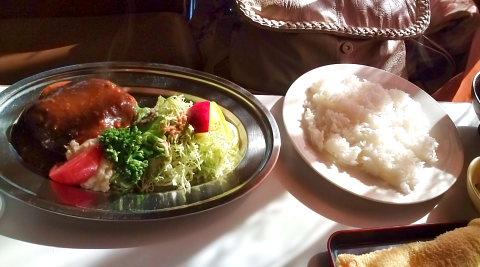 銀のお盆に山盛りのサラダと手作りハンバーグ 昔懐かしい雰囲気が漂います。