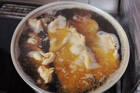 親鶏。真っ黄色の鶏油が沢山出ます。