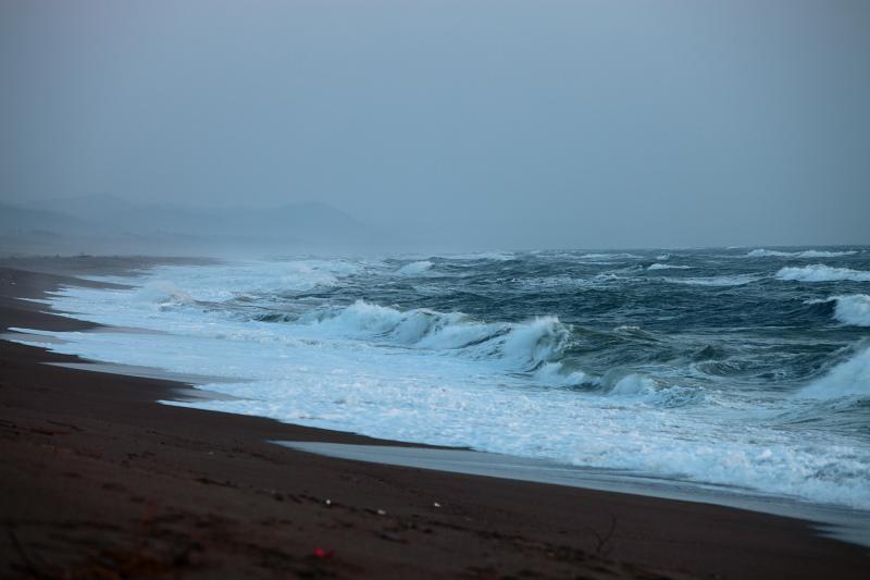 波高し、秋田の海