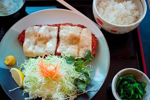 愛伝亭の新メニュー、モモチーズカツ定食850円