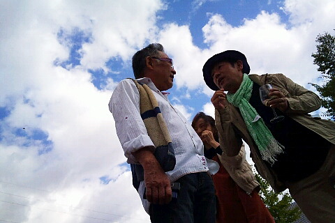 ブレッド&バター岩澤幸矢さんが隣の知り合いさんとご歓談中。目の合った私にも笑いかけてくれました!