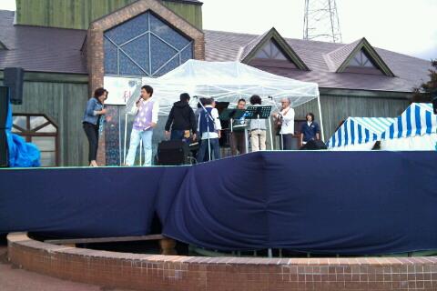 ステージセッティング中。なお、ステージ本番中は写真・ビデオ撮影は禁止です。