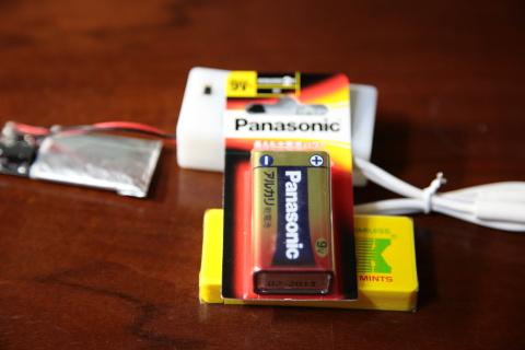 9ボルトの四角い電池とフリスクケースを用意します。
