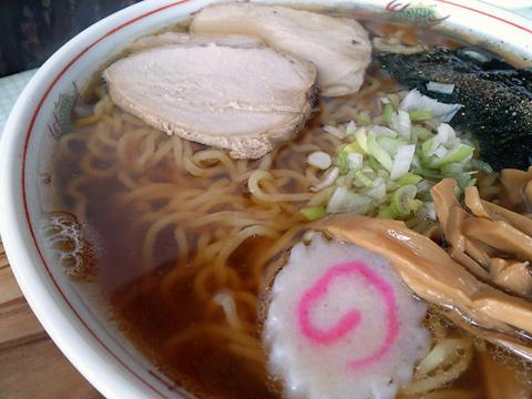 澄み切ったとまではいかないけど丁度よい感じのスープに泳ぐ大盛にされた中華麺