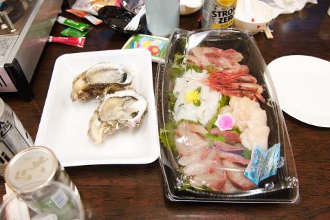みんなの店 由良店 刺し盛り合わせ。日本海の岩牡蠣付き。イェ~イ