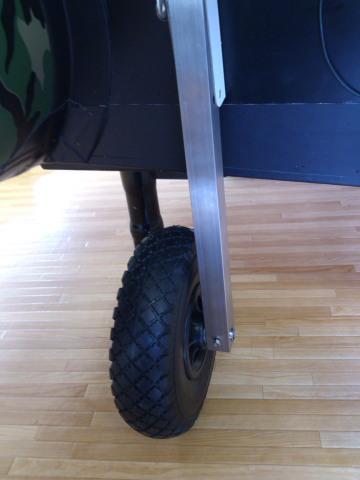 ボート底とタイヤのクリアランス。ここは7cm以上開けます。後から40cmのタイヤに交換することがあるかもしれないので。