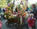 地域の収穫祭の催し物に参加する親子連れ
