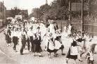 収穫祭に民族衣装を着て出かける人々