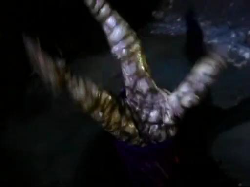 露出した指には恐ろしげな爪と皮膚が現れ、遂にビルの手を離したペニーワイズの腕は、奇怪なモノに変化して、排水溝の中へと消えた。