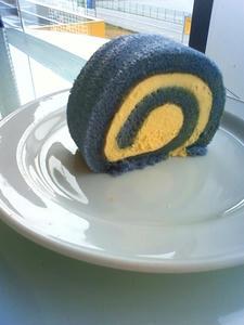 スウェーデンカラーのロールケーキ