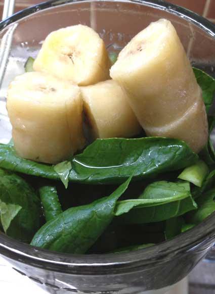 パイナップルのグリーンスムージーの小松菜とバナナ