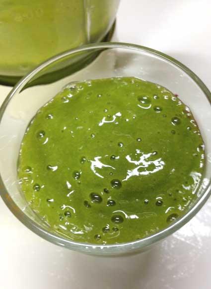 グリーンスムージーをグラスに移します。