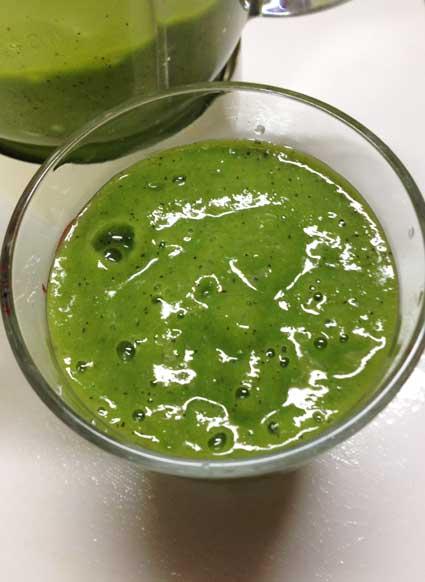 ショウガ入りグリーンスムージーをグラスに移して。