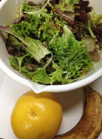 ボール1杯分の葉物野菜のグリーンスムージーの材料