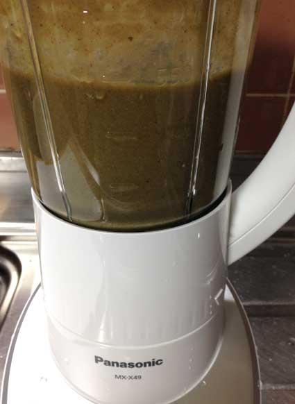 ボール1杯分の葉物野菜のグリーンスムージーの完成です。