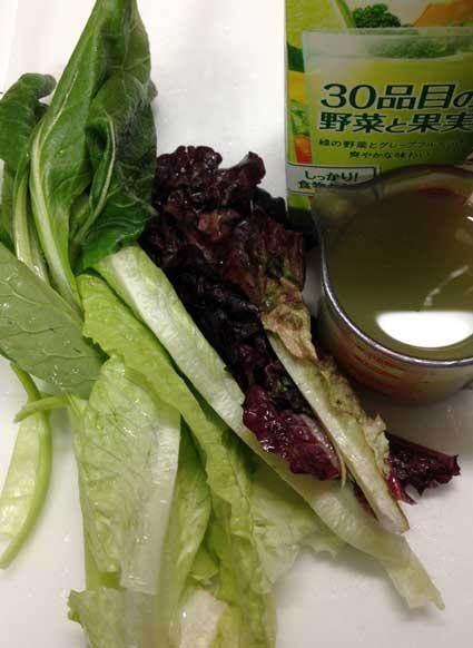 葉物野菜とジュースのみのグリーンスムージーの材料