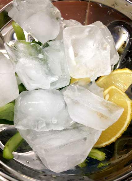 さらに氷もミキサーに加えます。