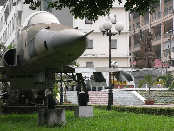 F-5A と開放戦士のモニュメント