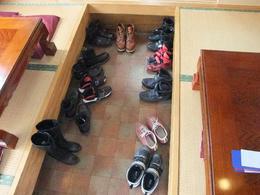 イデウラさん靴脱ぎ