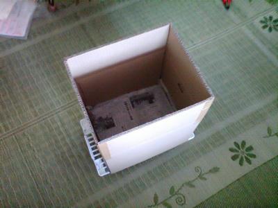 上の蓋をガムテープで固定し立てる