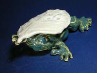 葉形蓋付き蛙形宝物入れ