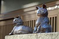 門扉に並ぶ「千春」陶像