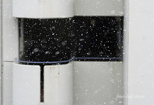 マンションに降る雪