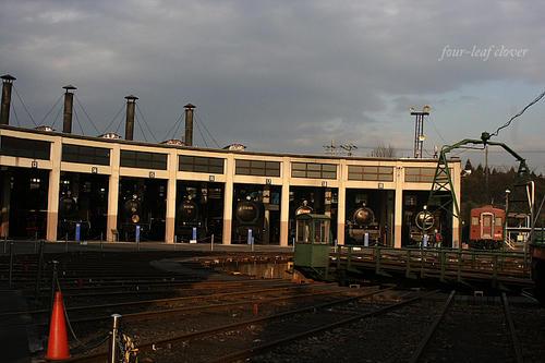 夕陽に照らされた蒸気機関車
