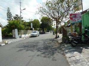学校前の道