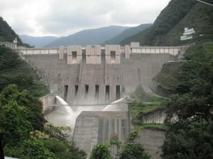 長島ダムの放流