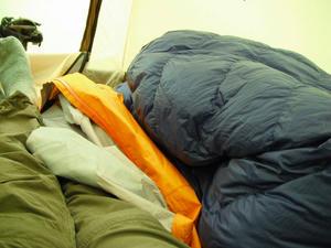 テントの中はぐちゃぐちゃ