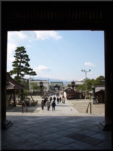 山門から見る参道方面