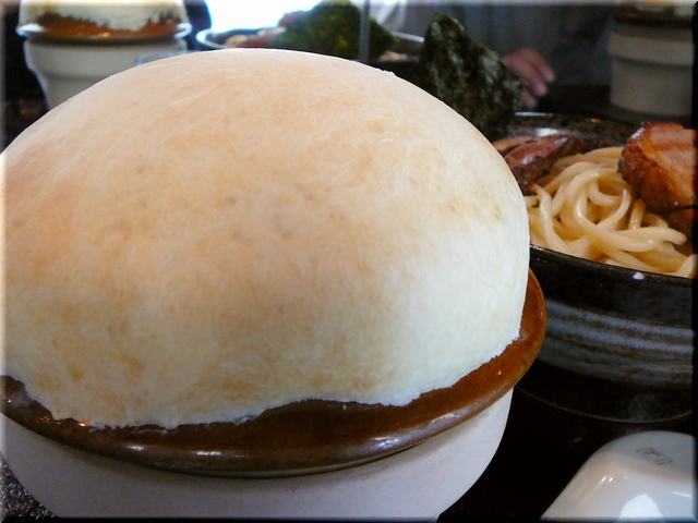 極UMAつけMEGAチャーシュー(大盛り) やはり目を惹くのが、UMA名物「つけ汁キノコ(パイ包
