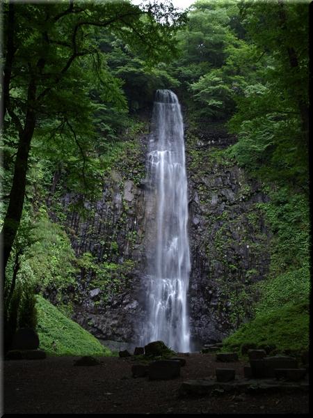 御嶽神社のすぐ後ろから見た滝